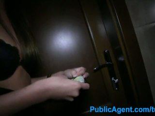 Publicagent секс в на тоалетна с секси брюнетка