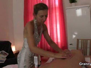 Старий masseuse gets її волохата кицька pounded