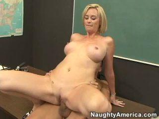 Niechlujny nauczycielka camryn krzyż slamming jej łyse krocze na a meaty stiff kutas