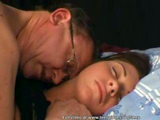 Adolescenta inpulit în timp ce dormind