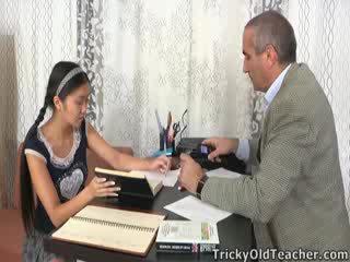 এই এশিয়ান ছাত্রী হয় loving ঐ মনোযোগ থেকে তার গৃহশিক্ষক
