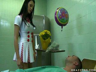 Seksualu daktaras pasiruošęs į padaryti laimingas jos pacientas uncovered