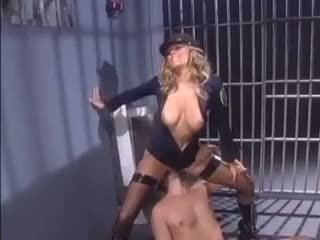 Female pulis seduces an inmate