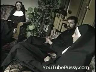 Itališkas priest su two nuns