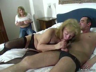 Gelukkig guy fucks two verbazingwekkend grannies
