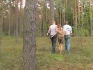 Amatööri latvialainen kolmikko sisään the metsä