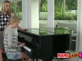 Bossy klavieres skolotāja mammīte spanks pusaudze pakaļa