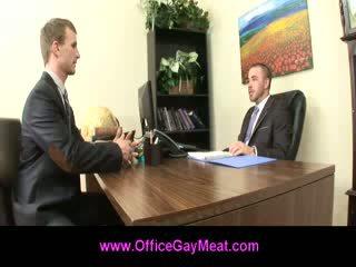 Gay employee seduces sua chefe para manter sua trabalho