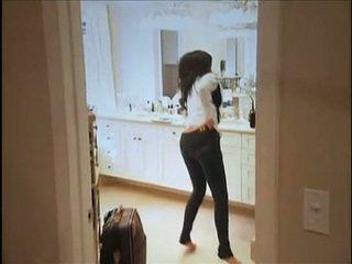 Kim kardashian flashes তার oustanding চোট চুলের মেয়ে এবং মোটা মলদ্বার যখন মধ্যে সোফা