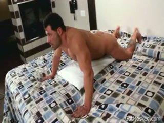 Beefy osvalený homo chlapec beating pryč 3 podle gotmasked