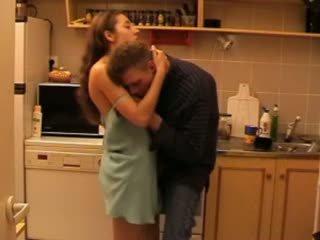 Daddys tütar perses sisse the köögis video