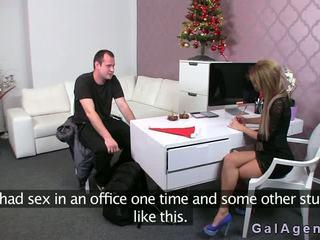 Female agent gives um punheta com os pés em dela escritório