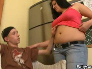 Seksowne grubaska seduces an młody dude