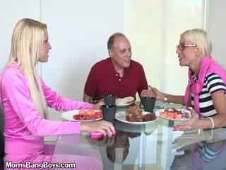 Bjonde vogëlushe gets pidh eaten nga boyfriend