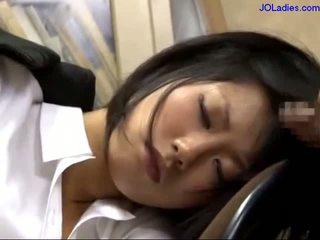 Γραφείο κυρία κοιμώμενος/η επί ο καρέκλα getting αυτήν στόμα πατήσαμε licking guy καβλί σε ο γραφείο