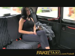 Faketaxi vis jente med stor pupper fucks til kontanter
