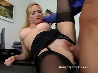 Sexy hawt aiden starr receives cô ấy màu hồng âm hộ pummeled trên các bàn