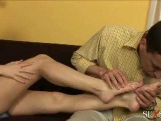 Seks gevoel: sexy lulu loves strocking lul met haar voeten