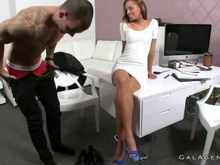 มีกล้าม tattooed dude fucks female agent ใน เธอ ออฟฟิศ
