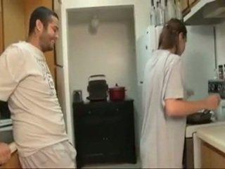 Vëlla dhe sister marrjenëgojë në the guzhinë