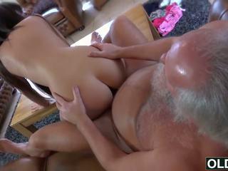 性感 年轻 女孩 性交 由 脂肪 老 男人 附带 吞 孩儿