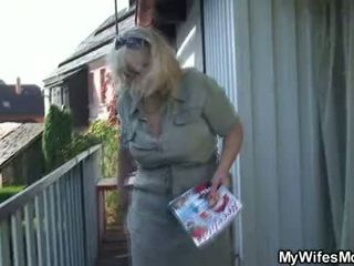 אישה catches שלו בוגד בחוץ