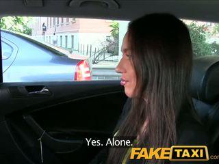 Faketaxi taxi driver fucks 党 女孩 上 后座