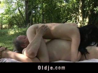 Debeli old man fucks najstnice v the woods