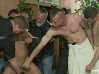 Muscle mate gangbanged di kelab eros seks kelab