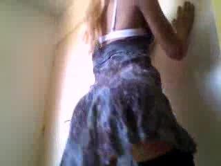 Crossdresser menunjukkan yang seksi pantat/ punggung