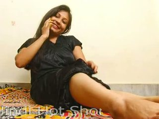 Indický horký dívka masturbates na telefon