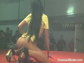섹시한 소녀 takes 떨어져서 그녀의 outfit 과 pleases a 뿔의 guy 에 그만큼 무대