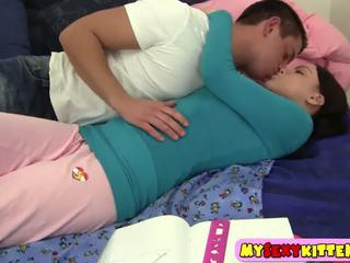 Mamalhuda ponytailed jovem grávida nailed em o quarto