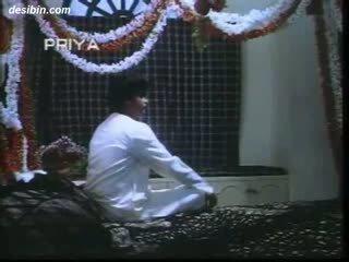 Desi suhaag raat masala vídeo un caliente masala vídeo featuring guy unpacking su esposa en primero noche