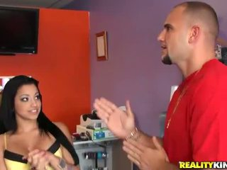 צעיר ו - חזה גדול לטינית salesgirl abella anderson