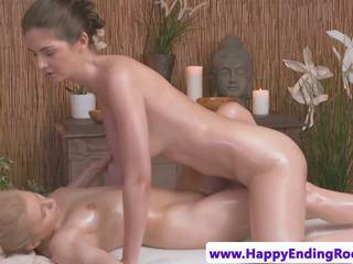 Lesbisch masseuse grinding babes lichaam, hd porno 62