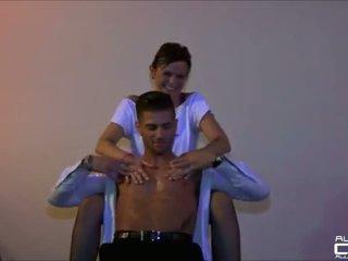 Prancūziškas mėgėjiškas merginos apgraibytas iki male stripper onstage