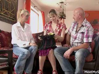 Quente mãe e pai ( parents) fazer seu filha nua e ter sexo