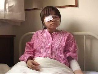 Mlada japonsko prasica s ruptured joški in analno injury