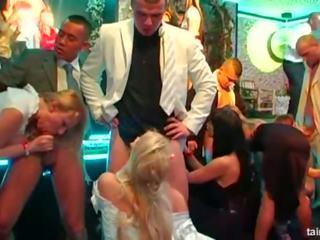 Hottie brides taking storas cocks į a laukinis vakarėlis: porno da
