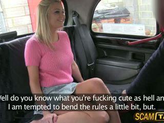 Sienna gets a mustamies naida sisään the auto