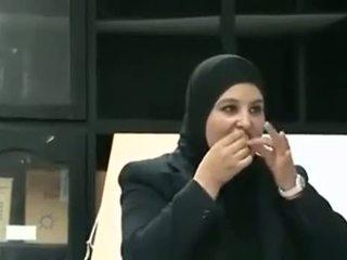 Arab dívka puts kondom od ústa