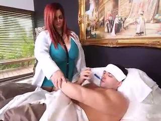 Rinnakas ilusad suured naised arst sashaa büst teeb maja calls