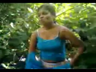 North indisk by flicka körd i djungel