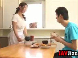 شاق اليابانية كوك مرح في ال مطبخ