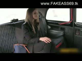 Groot titted blondine geneukt hard door fake taxi driver