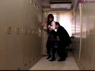 Öz eğlence bayan içinde pizza standing içinde the locker oda guy ovmak