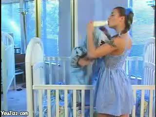 Rallig babysitter fucks ein midgets groß schwanz heiß milf