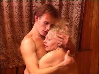Moden kvinde & ung fyr (6 - rusa porno & danesa título)