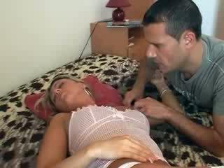 她 gets 性交 而 睡眠